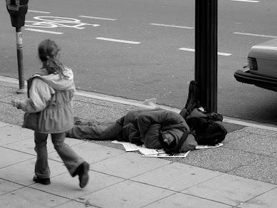 άστεγος κοιμάται στο πεζοδρόμιο