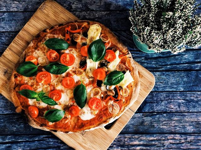 Domowa pizza pełnoziarnista i idealny sos pomidorowy