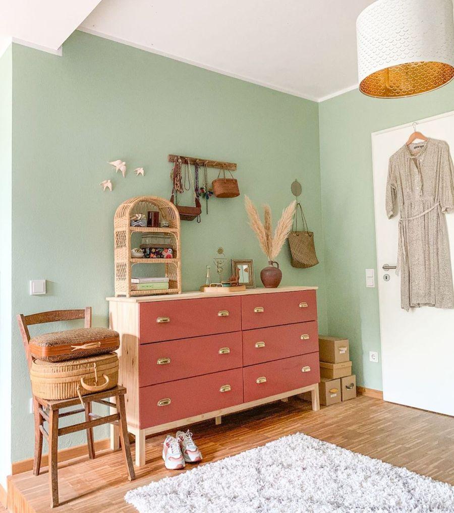 Wiosenne kolory w klimatycznym mieszkanku, wystrój wnętrz, wnętrza, urządzanie domu, dekoracje wnętrz, aranżacja wnętrz, inspiracje wnętrz,interior design , dom i wnętrze, aranżacja mieszkania, modne wnętrza, home decor, styl skandynawski, scandi, scandinavian style,  miętowa ściana, zielona ściana, komoda, drewniane krzesło