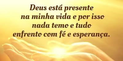 imagem de uma mão com a frase: Deus está presente na minha vida e por isso nada temo e tudo enfrento com fé e esperança