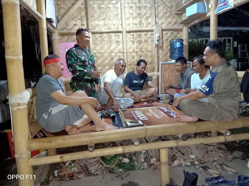 Babinsa Kiramil 1313/ Banjar Genjar Ajak Warga Masyarakat Tingkatkan Disiplin Ronda Malam
