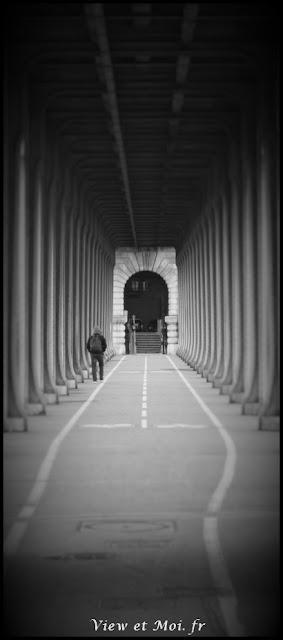 homme seul marchant sous pont bir hakeim