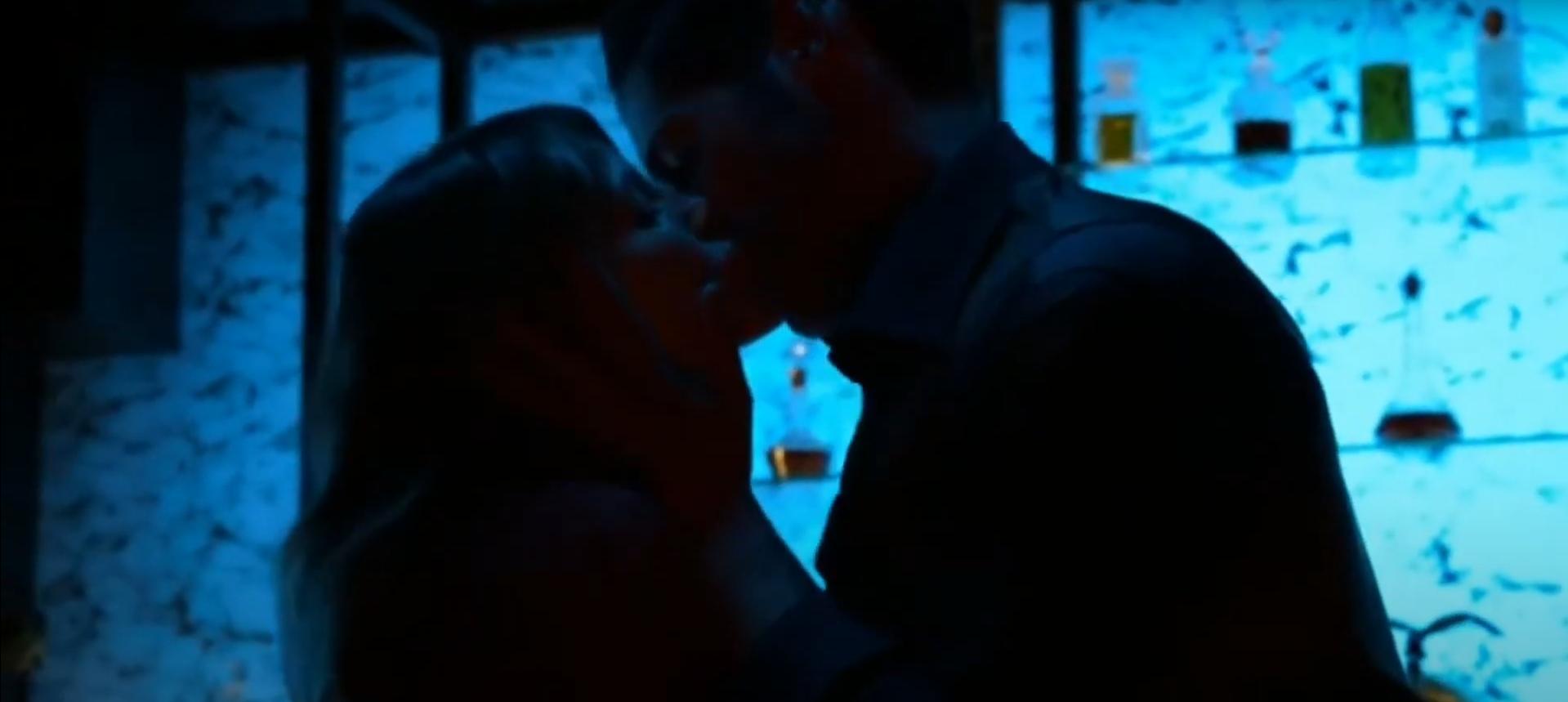 Скриншот Люцифер 5 сезон Люцифер целует Хлою