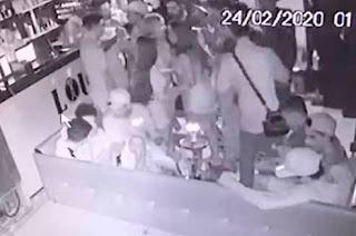 Dono de bar é baleado na cabeça e ainda leva chutes após cair no chão; veja vídeo
