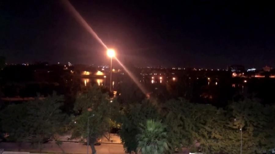 Nakts Bagdādes pilsētas, kura izgaismota ar ielu laternām