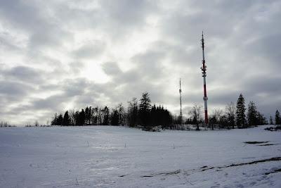 Na ścieżce pomiędzy Skopcem a Barańcem, widoczne wieże telekomunikacyjne na Barańcu