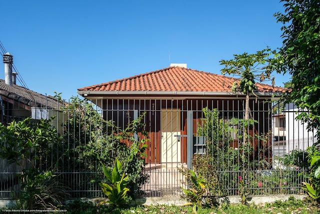 Fachada de casa de madeira no Bacacheri.