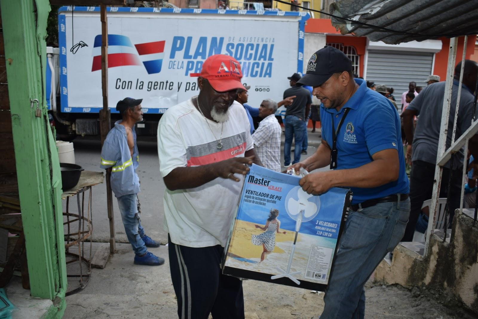 Gobierno acude en auxilio de familias afectadas por incendio en Guajimía