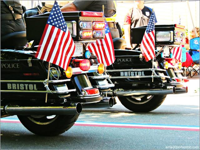 Banderas de Estados Unidos en las Motos de la Policía y en la Línea de la Carretera en Bristol, RI