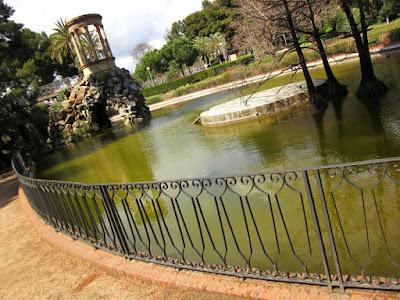 Lago y templete en el Parque de Can Vidalet