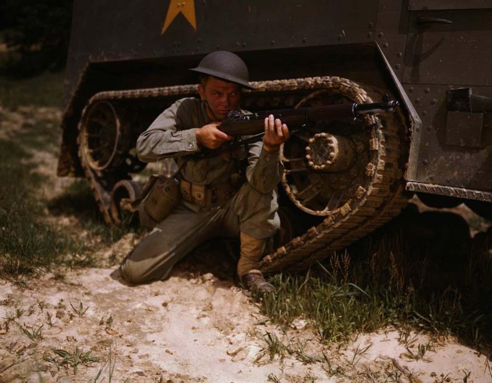 Egy amerikai katona vonatozik Fort Knoxban.  1942.