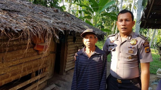 Kisah Polisi Aceh yang Rela Jual Motor Demi Bangun Rumah Kakek Tua