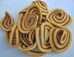 Resep Kue Kering Kuping Gajah – Kue kuping gajah adalah salah satu kue yang terbuat dari bahan tepung terigu dan telur dan diolah dengan cara digoreng sampai berwarna kuning kecoklatan. Kue kupung gajah ini sangat digemari bahkan sudah familiar sekali dikalangan masyarakat karena selain rasannya yang enak dan renya makanan ini juga tergolong sangat relatif murah sekali. Makanan ringan yang satu ini biasanya untuk hidangan saat lebaran atau pesta-pesta kecil.  Mengenai asal muasal, sebenarnya belum tahu pasti kenapa kue kering ini diberi nama yang cukup unik. Akan tetapi, melihat dari bentuk fisiknya yang agak lebar, tipis dan juga bermotif menyerupai kuping salah satu hewan darat terbesar yaitu gajah, mungkin dari situ lah penamaan itu berasal.  Walaupun memiliki nama yang cukup menakutkan, namun bunda di rumah jangan beranggapan cemilan ini benar-benar terbuat dari kuping gajah lho iya. Hanya bentuknya saja yang seperti kuping gajah. Untuk bahan pembuatannya sama seperti ketika membuat kue kering yang lain yaitu tepung terigu.  Bukan hanya saat lebaran saja kita bisa menikmati kue kuping gajah. Kapanpun jika kita ingin menikmati kita bisa membuatnya sendiri di rumah dengan resep yang kami bagikan di bawah ini :).  Saat santai bersama dengan keluarga tercinta atau sewaktu menonton televisi kue kuping gajah bisa dijadikan camilan. Sensasi kriuk demi kriuknya akan makin terasa renyah, hmm pokoknya top markotop deh. :)  Sebenarnya juga banyak diluaran sana toko yang menjual kue unik ini, tapi mengingat begitu banyak para pedagang menambahkan bahan yang seharusnya tidak ditambahkan, tentu membuat kita berfikir ulang untuk membeli. Iya memang tidak semua pedagang melakukan hal yang sama, tapi untuk membuat sendiri di rumah tetap menjadi pilihan yang bijak bunda :)  Cara membuat kue kuping gajah umumnya begitu sederhana dan praktis. Selain itu alat dan bahan yang digunakan pun benar-benar mudah dijumpai. Sehingga tidak ada alasan untuk bunda ataupun sista tidak ingin menc