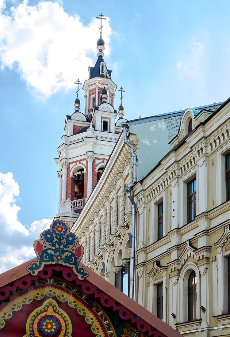 Kirchturm und Hausfassade in der Nikolskaya in Moskau