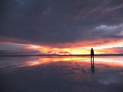 ウユニ塩湖の鏡面の世界