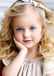 عيون زرقاء اللون