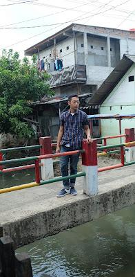 Blogger Eksis berada di jembatan hits Tebet