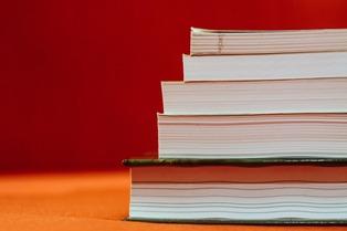 libri d'italiano uno sopra all'altro