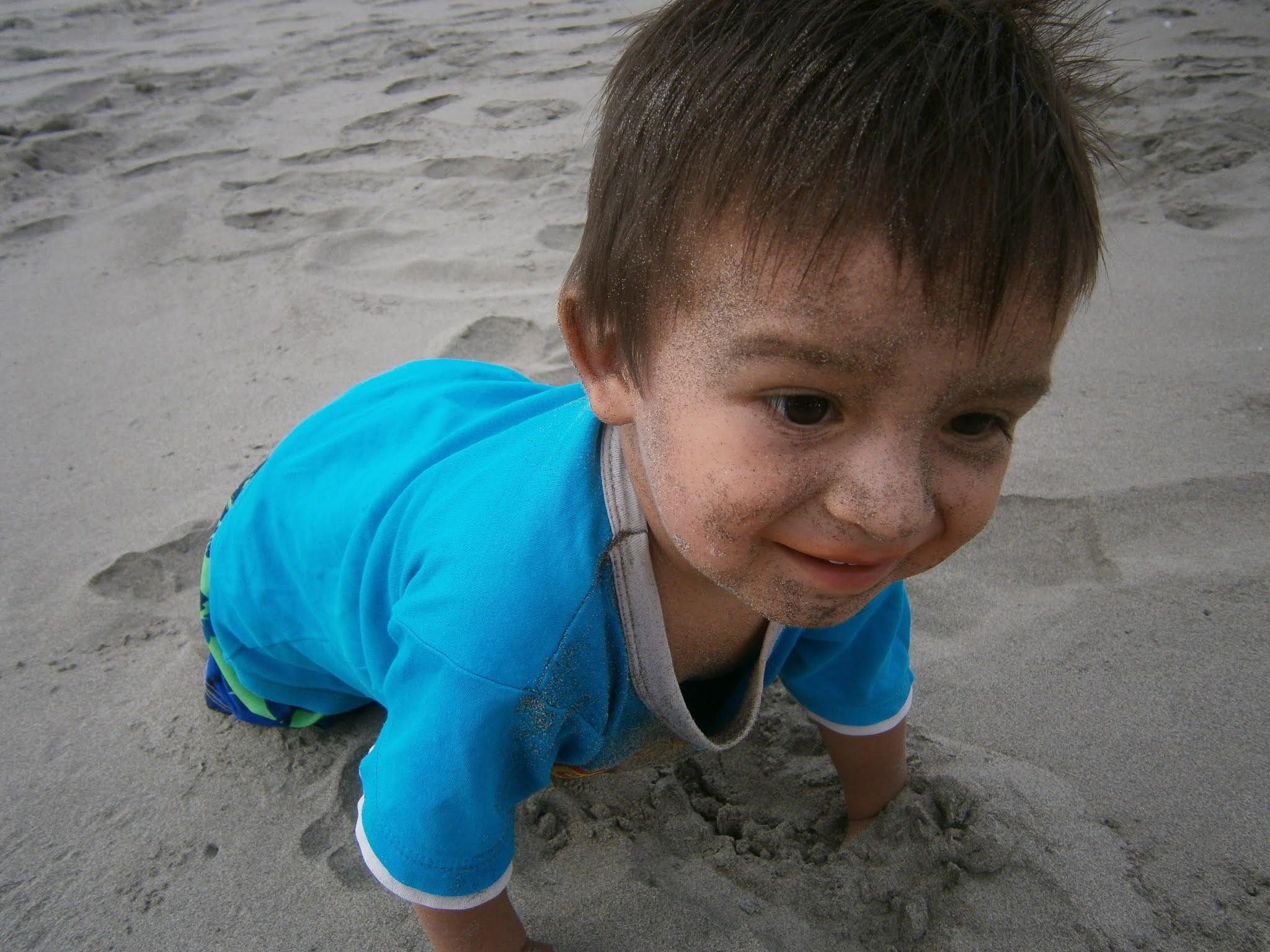 Bebe caminando sobre la arena de la Playa