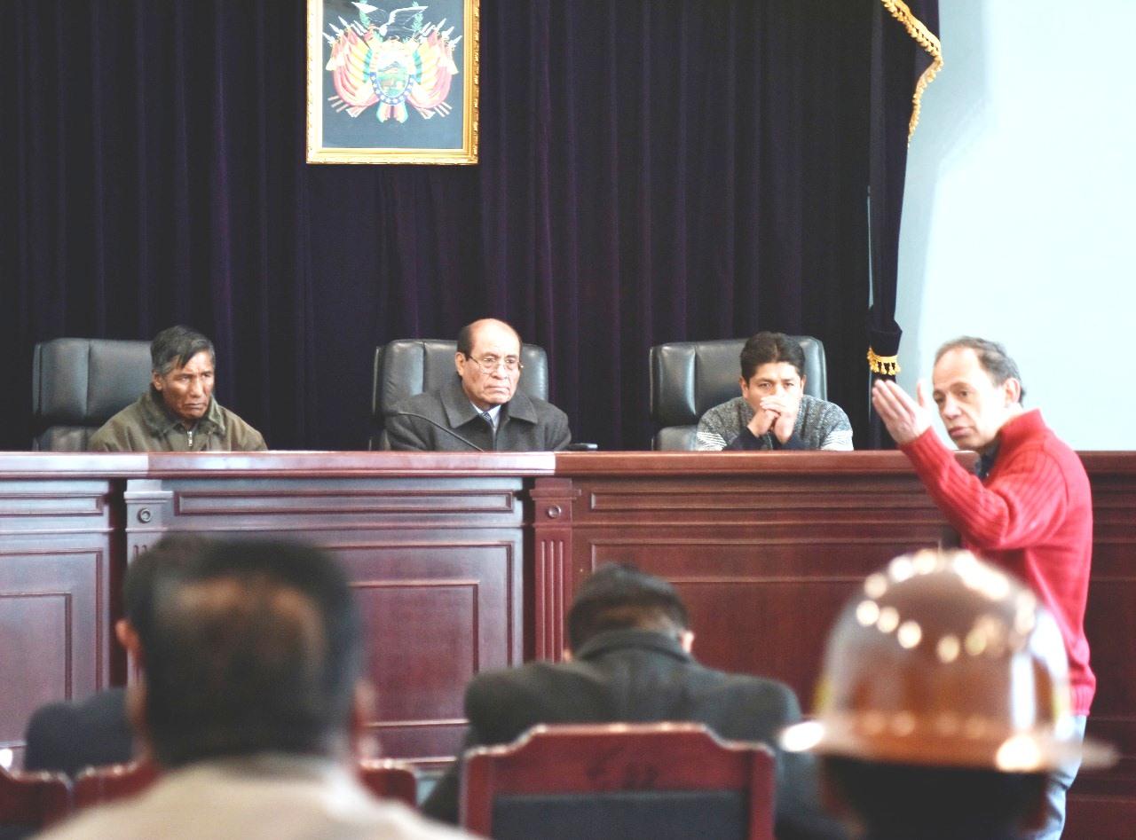 Asbún en una de las audiencias frente al juez Torrez y los jueces ciudadanos / PÁGINA SIETE