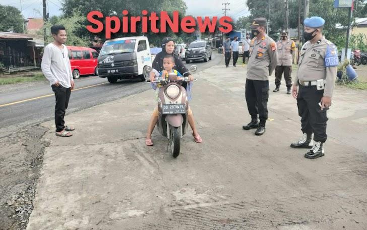 Himbauan Prokes, Kapolsek Polsel Bersama Personelnya Lakukan Operasi Yustisi Di Wilayahnya