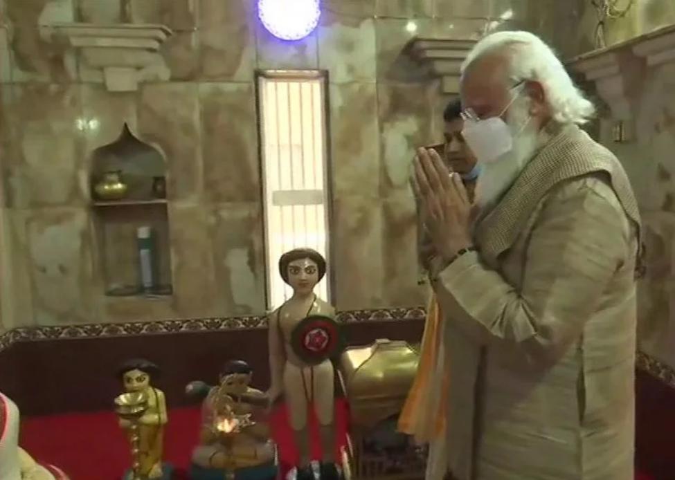 Modi at the Matua temple in Kashiani