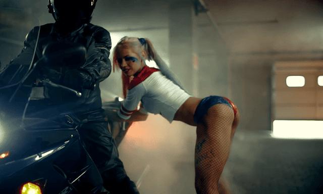 Rusas hacen twerking, caracterizadas como Harley Quinn
