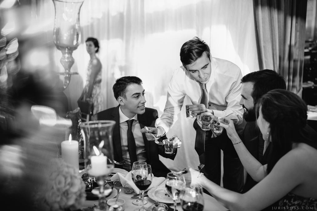 kāzu svinēšana restorānā dzēriens labs viskijs