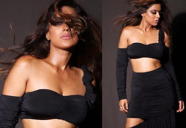 ब्लैक ड्रेस में दिखा निया शर्मा को बेहद बोल्ड लुक, तस्वीरें वायरल