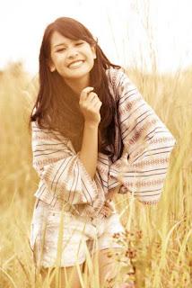 Penyanyi Cantik Maudy Ayunda jadi model rok mini