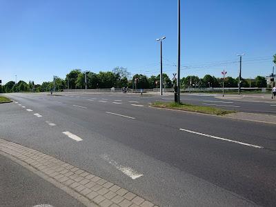 Braunschweig wurde stark von der Idee der autogerechten Stadt geprägt. Auf dem Bild eine große leere Kreuzung,