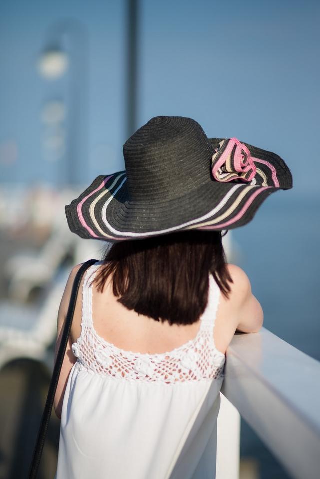 biała sukienka vintage | sukienka na plażę | stylizacja na plażę | kapelusz z szerokim rondem | kapelusz na lato |  Gdynia Orłowo | Molo w Orłowie | plaża w Orłowie | blog modowy | blog o modzie | blog szafiarskie