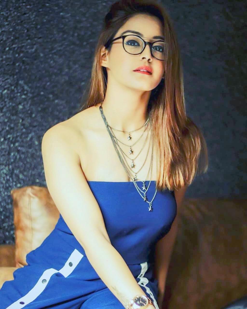 Dashing Gorgeous Girl DP