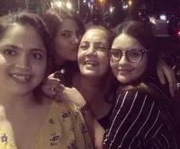अंजलि आनंद अपनी माँ और बहनों के साथ