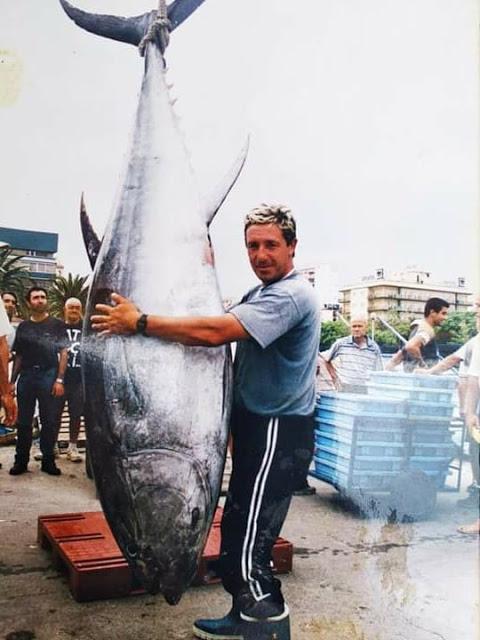 atun%2Bel%2BTete - Un hombre un anzuelo en la pesca de atún rojo en el Mediterráneo