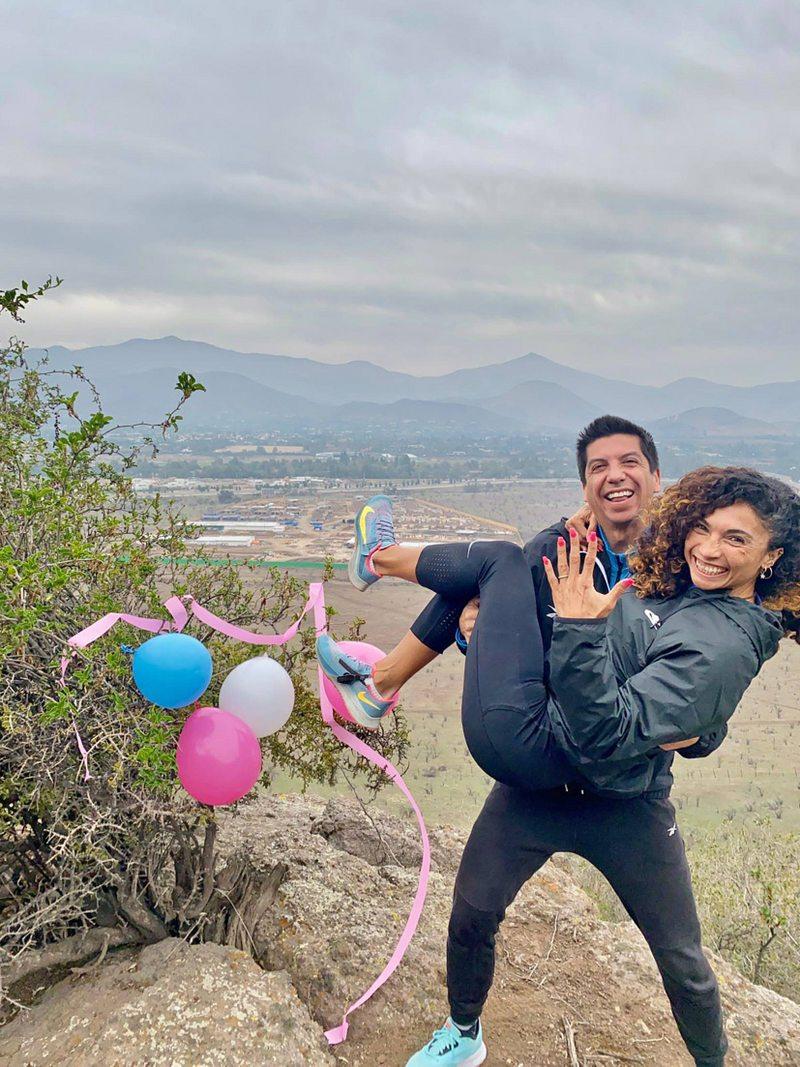 Pineda le pidió matrimonio en un cerro a Maca Reyes