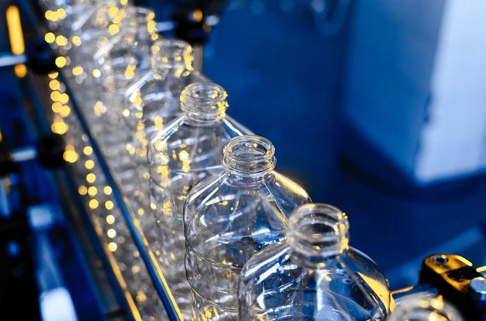 Botellas de PET reción salidas de la máquina de soplado