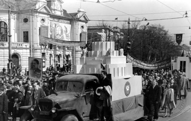 1 мая 1948 года. Рига. Первомайская демонстрация на улице Кр. Валдемара возле Государственного театра драмы Латвийской ССР