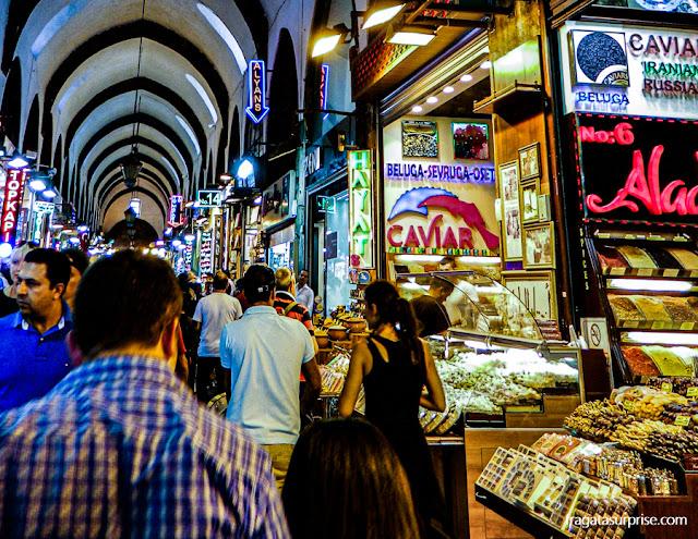 Barracas de comidas típicas no Bazar Egípcio de Istambul