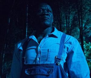 Hombre negro en bosque