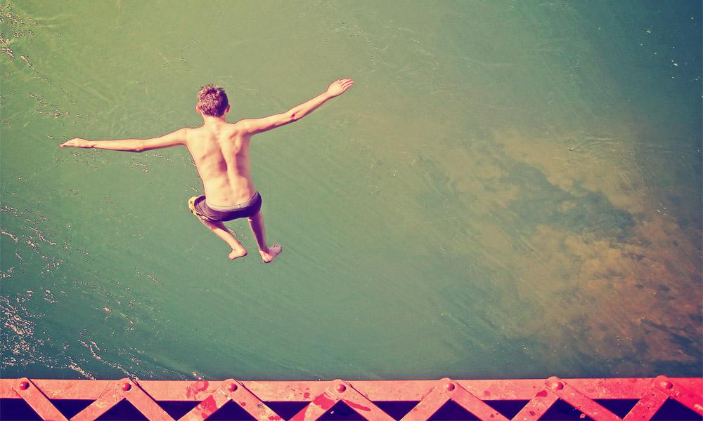 Chico tirándose al agua