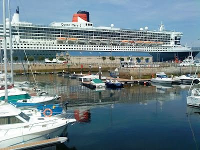 "- The cruiser ""Queen Mary 2"" docked in the port of Vigo"