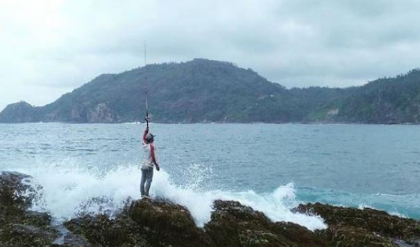 memancing-di-pantai-wedi-ombo