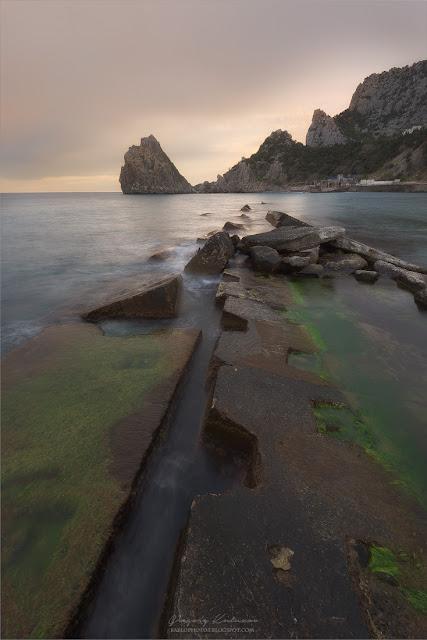 Разбитые плиты на пляже Симеиза. Крым. Закат.