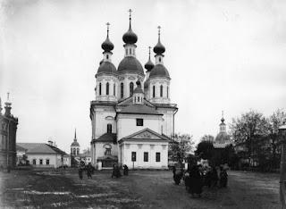 """Ο Καθολικός Ναός της Ιεράς Μονής της Αγίας Τριάδος στο Ντιβέγιεβο.  Είναι αφιερωμένος στην """"Κοίμηση της Θεοτόκου"""".  Φαίνεται μπροστά το παρεκκλήσι που έχει χτιστεί πάνω  από τον τάφο του Οσίου Σεραφείμ του Σαρώφ."""