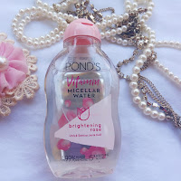 Micellar water dari Ponds diklaim dapat mengangkat make up dalam sekali usap.