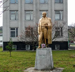 Село Плоске. Школа. Пам'ятник Т. Г. Шевченку