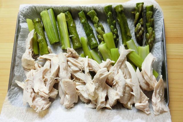 キッチンペーパーを敷いたバットなどの上に割いた鶏肉、アスパラガスを並べて余分な水分をとりながら完全に冷まします。 (お好みでこの状態でラップをし、冷蔵庫で冷やすのもおすすめです)