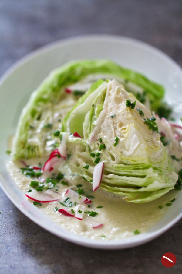 Dieses Rezept für ein cremiges Salatdressing aus Blauschimmel-Käse (Stilton, Roquefort, Gorgonzola) mit Buttermilch aus der NYT schmeckt nicht nur besonders lecker zu knackigen Salaten sondern ist auch toll als Dip für Gemüsestickts oder Chicken Wings. Auch ein Salat mit Rindfleischstreifen und Buttermilk-Blue-Cheese-Dressing begeistert eure Gäste! #salat #dressing #rezepte #blauschimmel #soße #dip #blauschimmelkäsebrot #stilton #roquefort #überbacken #käserezepte #spinat #pasta #gorgonzola