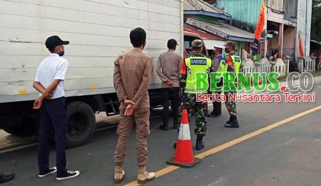 Penerapan Larangan Mudik, Babinsa Koramil 422-01/Pesisir Utara Laksanakan Pengamanan Di Pos Penyekatan Perbatasan Lampung - Bengkulu